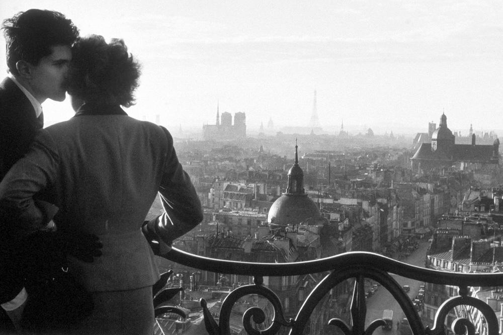 """""""Les amoureux de la Bastille"""", 1957, agence Rapho © Willy Ronis"""