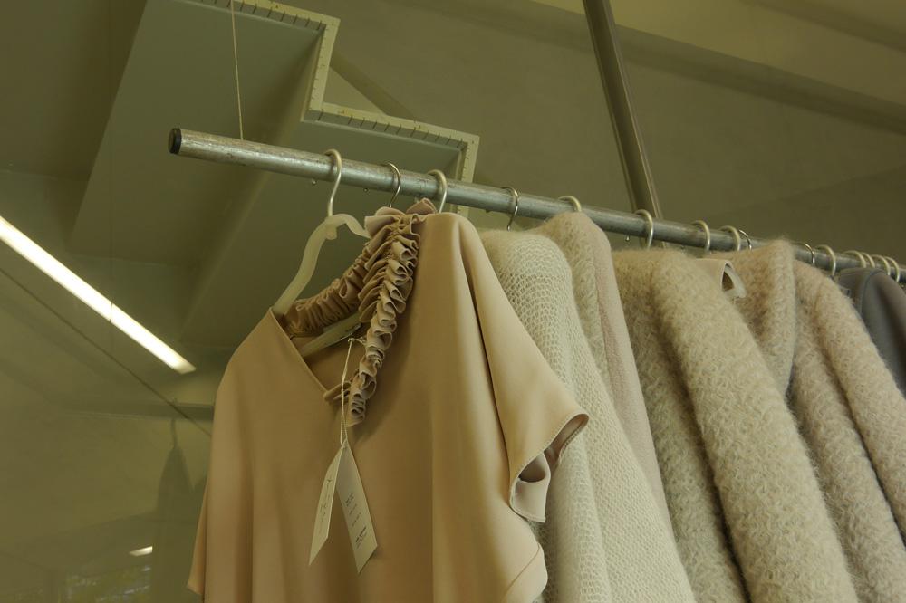Anna Ruohonen – La Petite Maison de Couture, vêtements suspendus