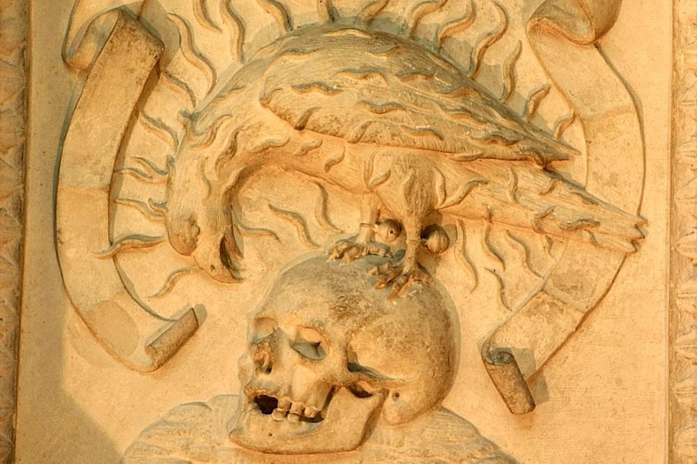 Fulcanelli et l'hôtel Lallemant à Bourges - Le faucon pélerin sur le crâne humain