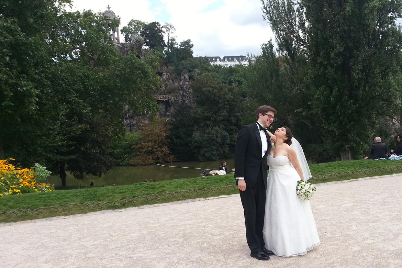 Paris est une fête - jeunes mariés au Buttes Chaumont