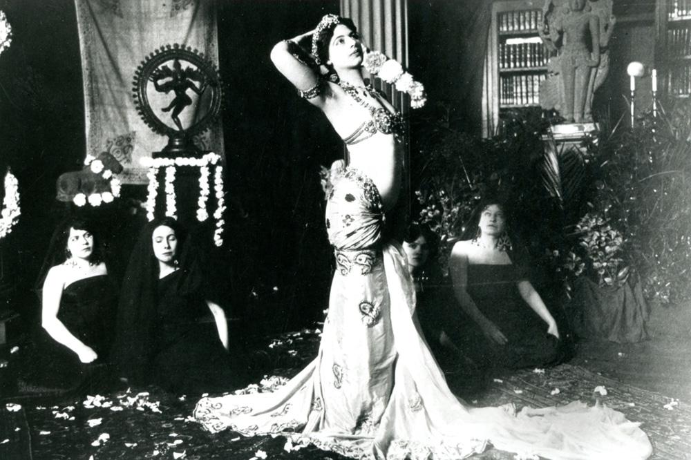 Mata Hari dansant dans la bibliothèque du Musée Guimet., 1905, Anonyme