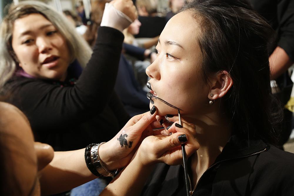 E_Yohji-Yamamoto_BACKSTAGE_womenswear-fw1617-paris-fashion-week_le-Mot-la-Chose_Stephane-Chemin-photographe-freelance_01