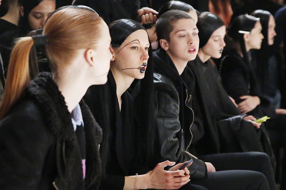 E_Yohji-Yamamoto_BACKSTAGE_womenswear-fw1617-paris-fashion-week_le-Mot-la-Chose_Stephane-Chemin-photographe-freelance_09