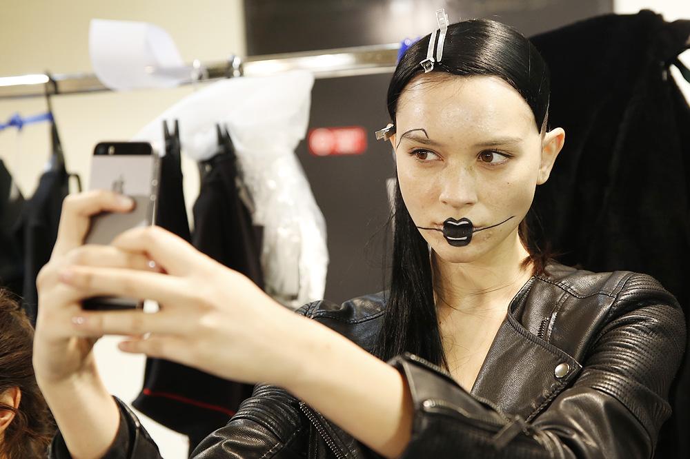 E_Yohji-Yamamoto_BACKSTAGE_womenswear-fw1617-paris-fashion-week_le-Mot-la-Chose_Stephane-Chemin-photographe-freelance_12