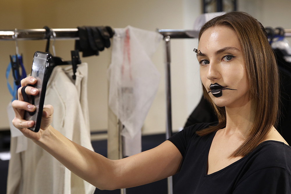 E_Yohji-Yamamoto_BACKSTAGE_womenswear-fw1617-paris-fashion-week_le-Mot-la-Chose_Stephane-Chemin-photographe-freelance_13