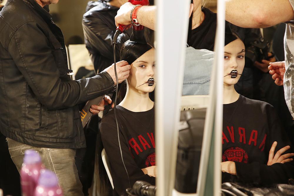 E_Yohji-Yamamoto_BACKSTAGE_womenswear-fw1617-paris-fashion-week_le-Mot-la-Chose_Stephane-Chemin-photographe-freelance_15